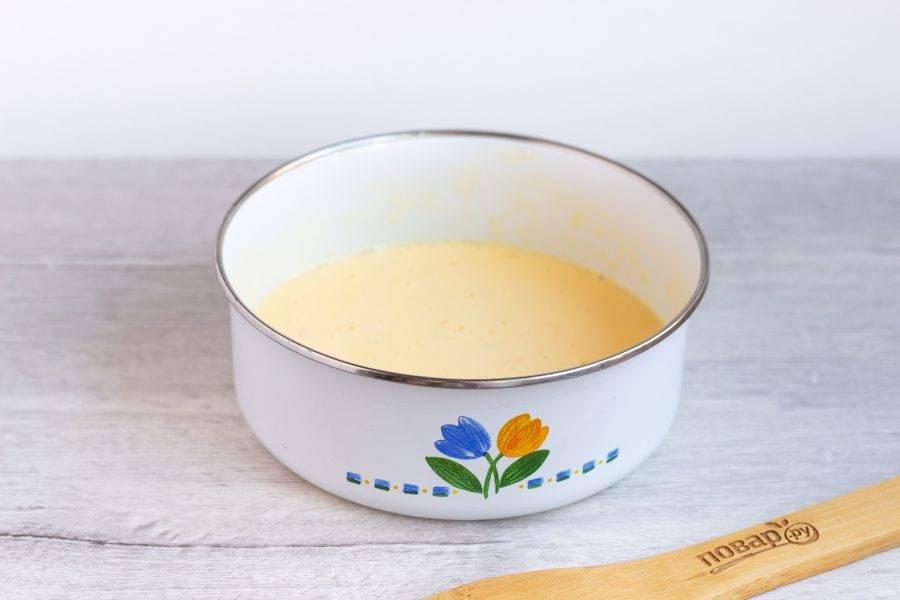 Яйца хорошо взбейте вилкой со сметаной и солью по вкусу.