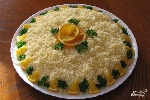 Теперь соберите салат. Выкладывайте все подготовленные ингредиенты слоями. Каждый слой промазывайте майонезом и солите. Сверху салат укройте тертым сыром и украсьте апельсинами или зеленью.