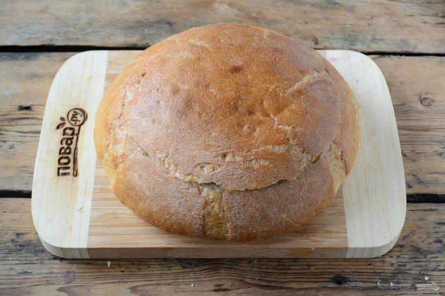 Накройте хлеб обрезанной верхушкой.