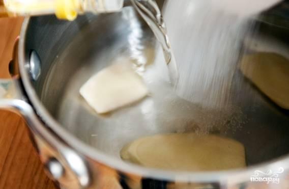 Доведите до кипения смесь воды, уксуса, соли, сахара и имбиря, постоянно помешивая. Снимите ее с огня.