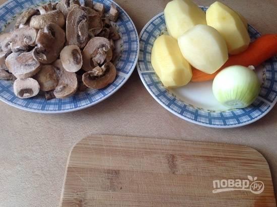 Подготовим продукты. Очистим овощи и грибы. У меня замороженные шампиньоны и уже нарезанные.