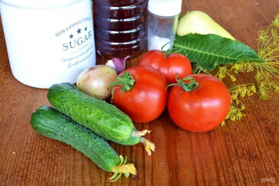 Все овощи и зелень тщательно вымойте. Лук, чеснок и сладкий перец очистите и нарежьте.