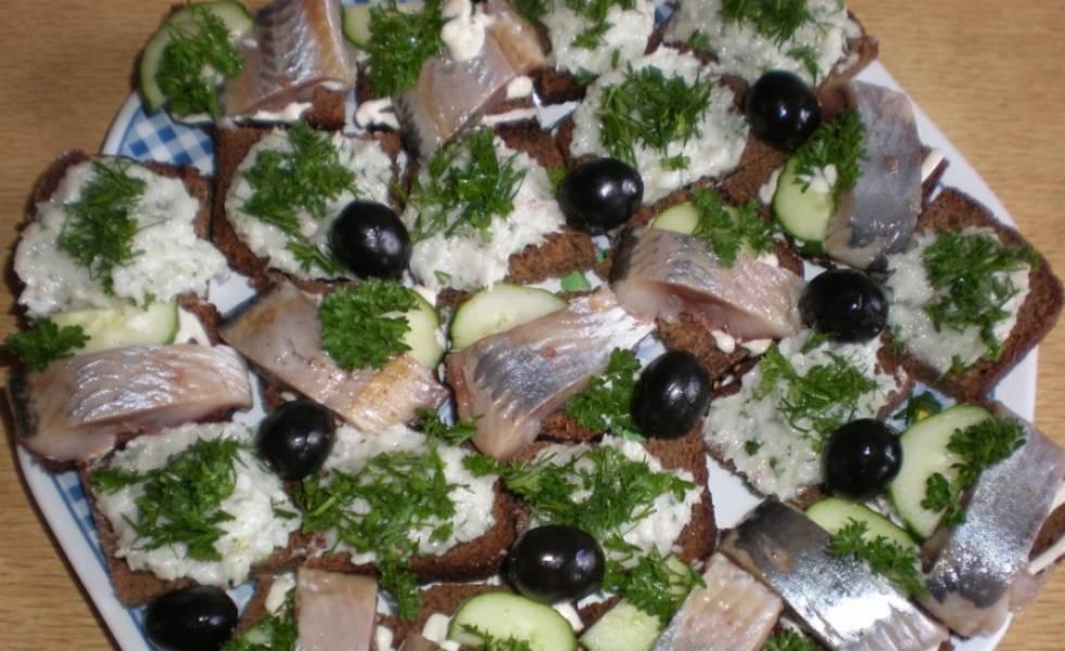 Складываем в шахматном порядке на тарелке бутерброды, украшаем маслинами и можно подавать с охлажденной водкой. Приятного аппетита!