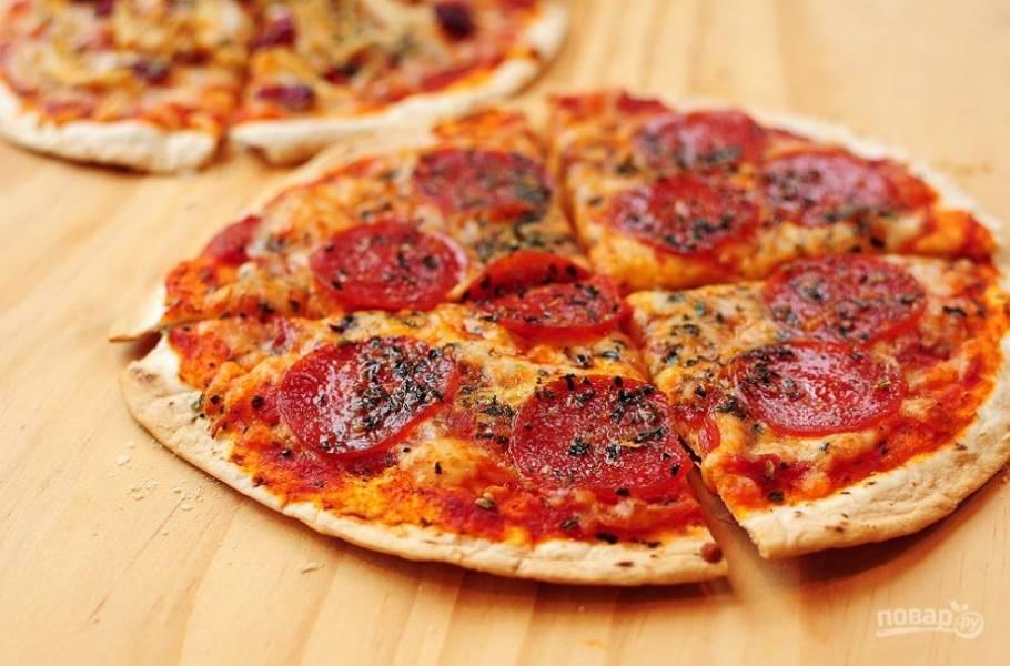 Выпекайте пиццу в течение 10 минут при 210 градусах в духовке. Приятного аппетита!