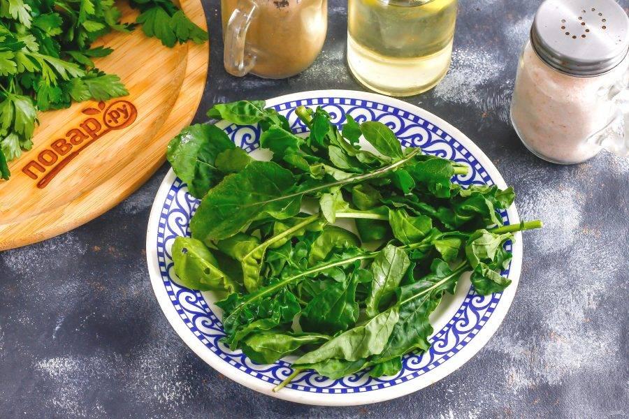 Промойте листья рукколы, стряхните с них лишнюю влагу и выложите на тарелку. Вместо рукколы можно использовать листовой салат, шпинат.