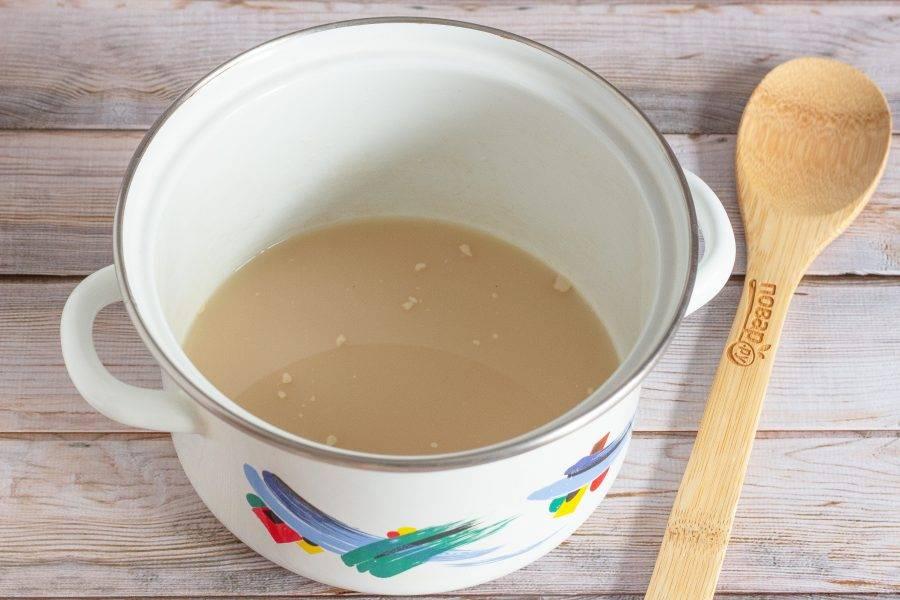 В теплою воду (тепло комфортное для пальца) добавьте дрожжи, сахар и размешайте.