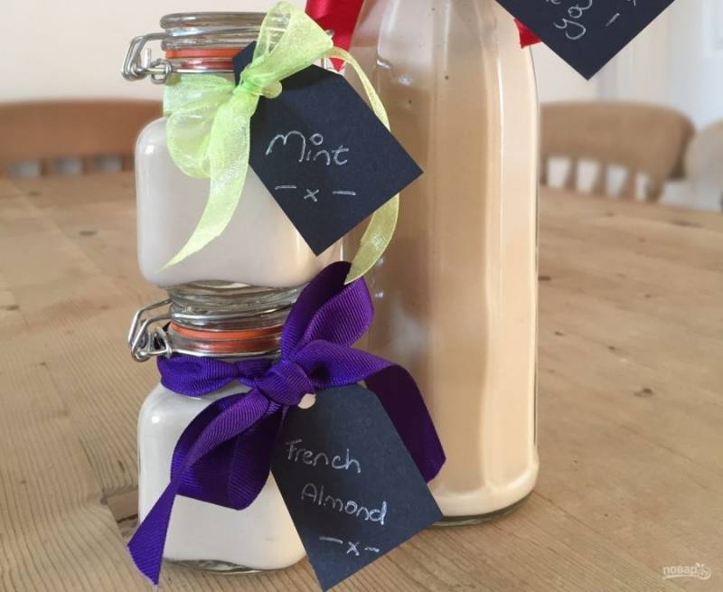 5.Разлейте напиток по бутылкам, закупорьте и отправьте в холодильник на хранение. Подавайте его с кубиками льда или без них.
