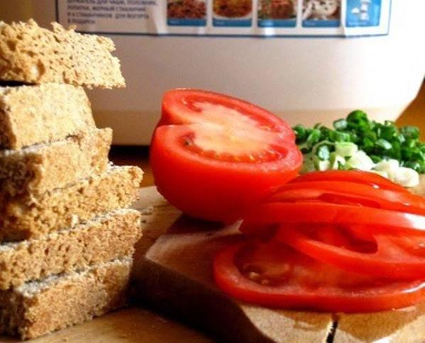 Порежьте помидоры, фету и хлеб.