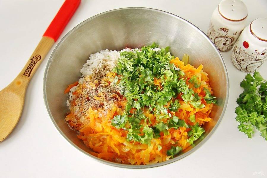 Добавьте к фаршу рис, мелко нарезанную зелень, овощную зажарку из лука и моркови, соль и молотый перец по вкусу.