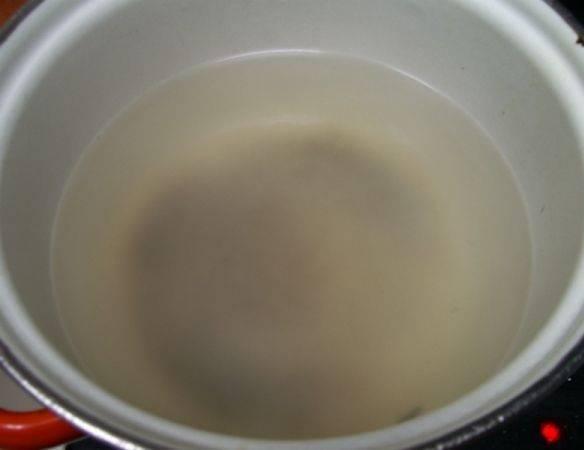1. Маринад должен быть холодным, а значит, именно с него нужно начать процесс приготовления. В кастрюлю влить воду, добавить сахар и соль. После закипания влейте уксус и через минуту снимите с огня.