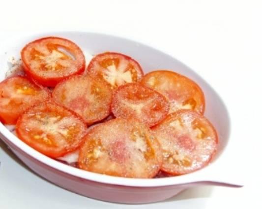 Помидоры моем и нарезаем кружочками толщиной около 1 см. Накрываем помидорами мясо с луком. Закрываем форму фольгой и отправляем в нагретую до 200 градусов духовку минут на 40. Затем снимаем фольгу и запекаем мясо в духовке еще минут 15.