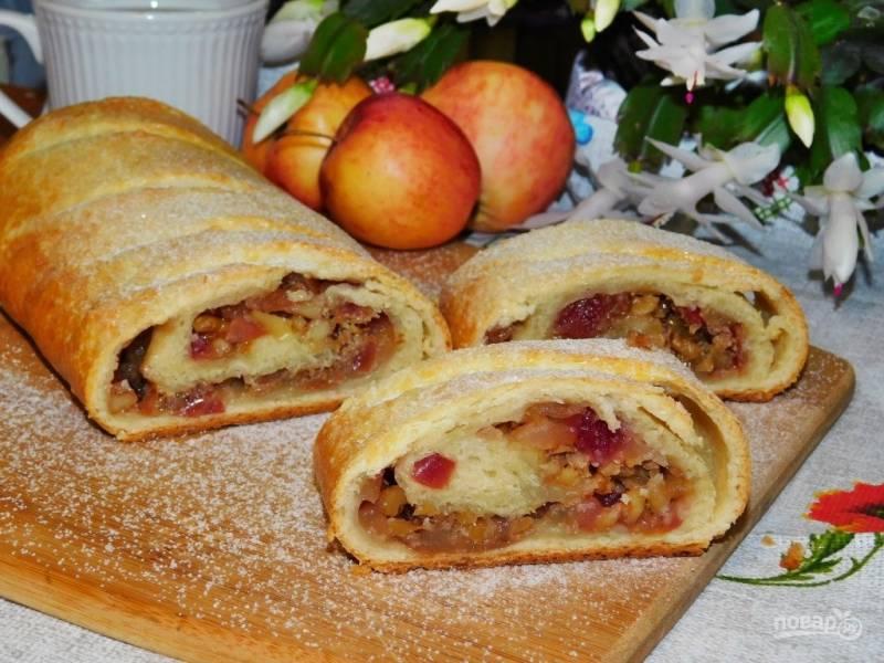 Штрудель с яблоками и орехами на творожном тесте