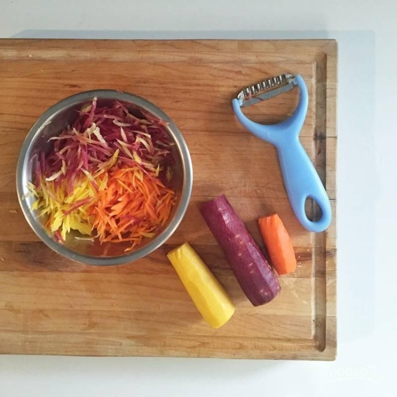 8.Морковку очищаю и мою, затем измельчаю тонкими брусочками или соломкой, добавляю к салату.