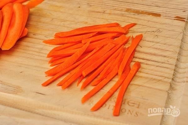 6. Очистите морковь и нарежьте тонкой соломкой.