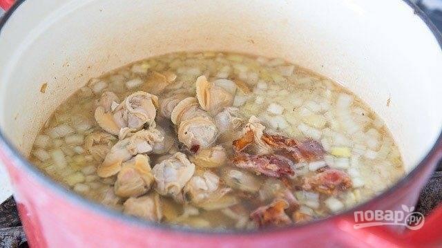 7. Доведите всё до кипения, и варите 15 минут на медленном огне. Добавьте моллюски. Блюдо перемешайте.
