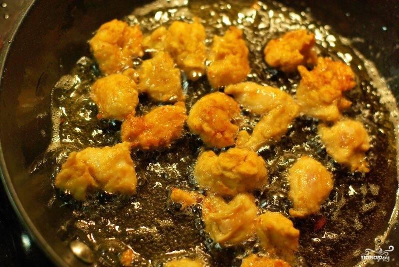 На сильный огонь ставим сковородку. Наливаем оливковое масло (не жалеем) и частями обжариваем в нем курицу до образования аппетитной корочки.