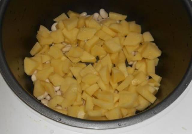 В чашу мультиварки закладываем фасоль, сверху кладем картофель.