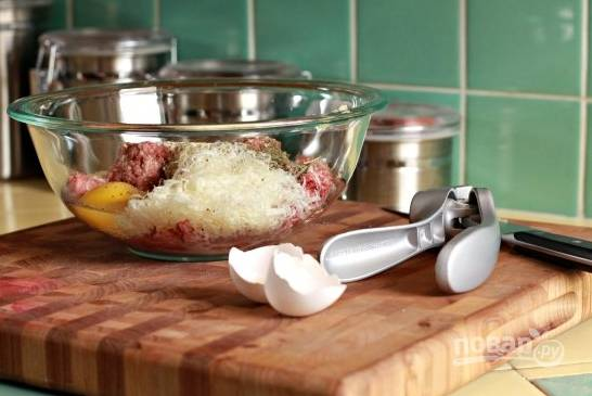 1. Для начала займемся фрикадельками. В глубокой мисочке соедините фарш, молоко, панировочные сухари, чеснок, тертый Пармезан, специи, соль, перец и яйцо. Все тщательно перемешайте.