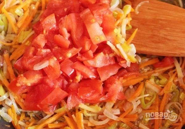 6. Добавьте после нарезанные помидоры, тушите еще минут 5 на среднем огне.