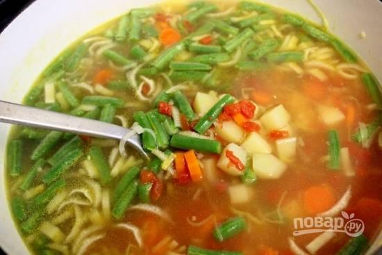 7. Варите минут 7-10. После выложите фасоль в кастрюлю и немного томатного соуса (для более интересного цвета) или измельченные в пюре помидоры.