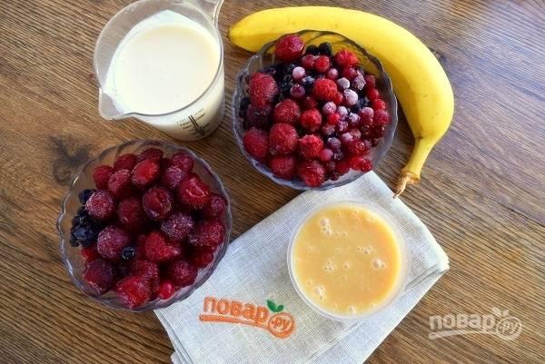 Подготовьте необходимые продукты. Очистите банан от кожуры. Ягоды я использую замороженные.