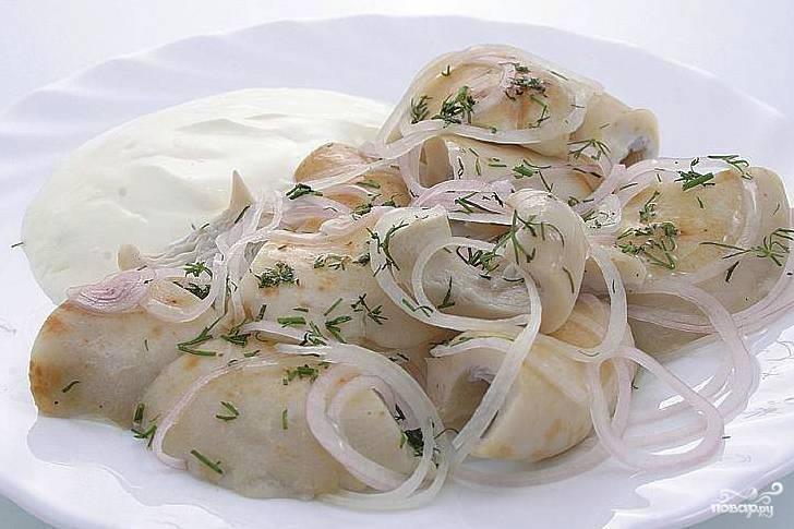 Выложить сметану в миску с грибами и луком, хорошо перемешать. Охладить и подать на стол в качестве холодной закуски;).
