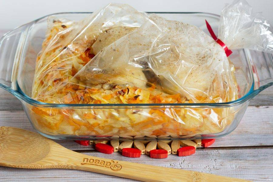 За 7-10 минут до готовности пакет разрежьте и приоткройте сверху, но очень аккуратно - не обожгитесь паром. Так курица немного подрумянится.