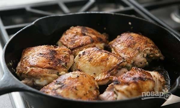 4.Переверните мясо на другую сторону и также обжарьте до румяной корочки.