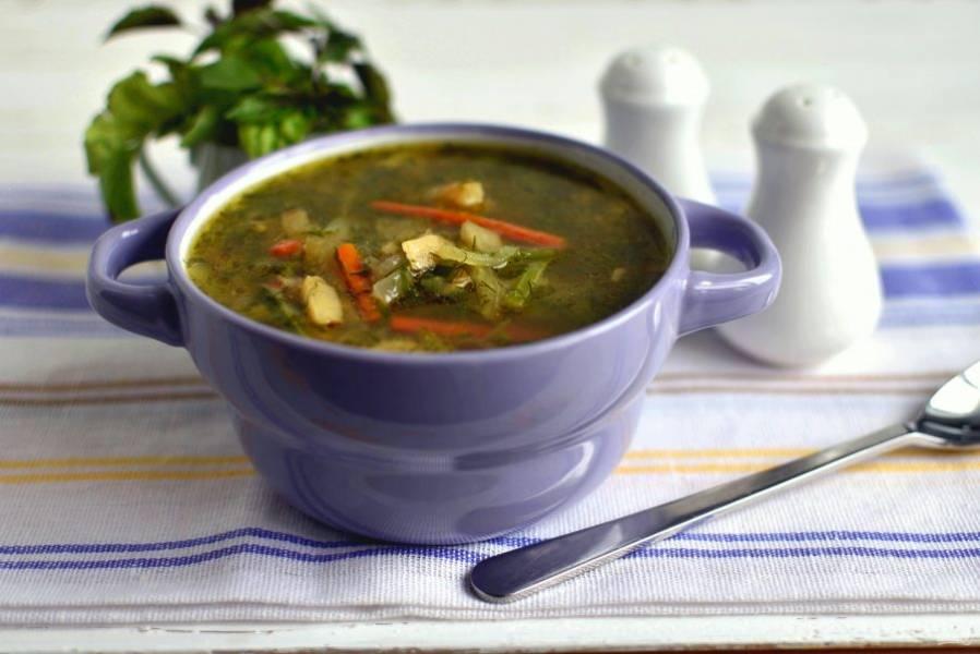 При подаче посыпьте суп свежемолотым черным перцем, отдельно подайте серый хлеб. Можно и сметанку подать, если калории не считаете. Приятного аппетита!