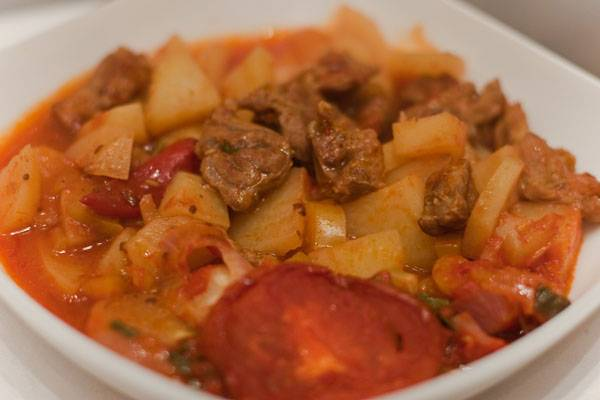 Подождем, пока горшочки немного остынут, и начнем накрывать на стол, подавать готовое блюдо можно как в горшочках, так и выложить его порционные тарелки, кому как удобно. Приятного аппетита!