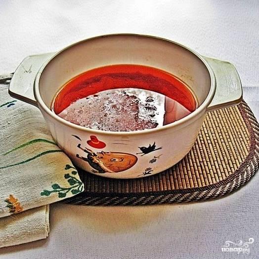 Перво-наперво приготовим маринад. Для этого растительное масло смешиваем с томатной пастой и доводим до кипения. Затем смешиваем с уксусом и хорошенько перемешиваем. Оставляем остывать.