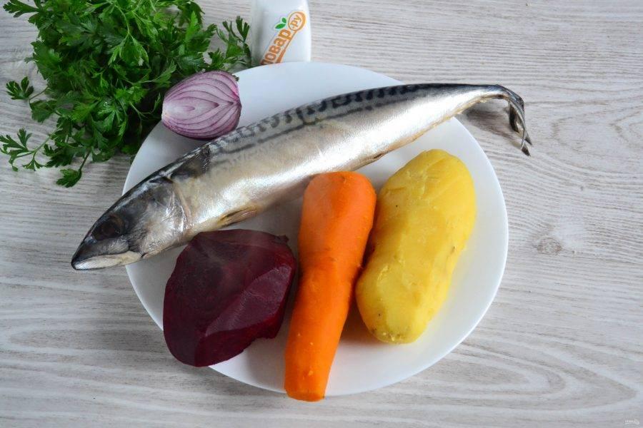 Подготовьте все необходимые ингредиенты. Овощи (картофель, свеклу и морковь) предварительно отварите до мягкости.
