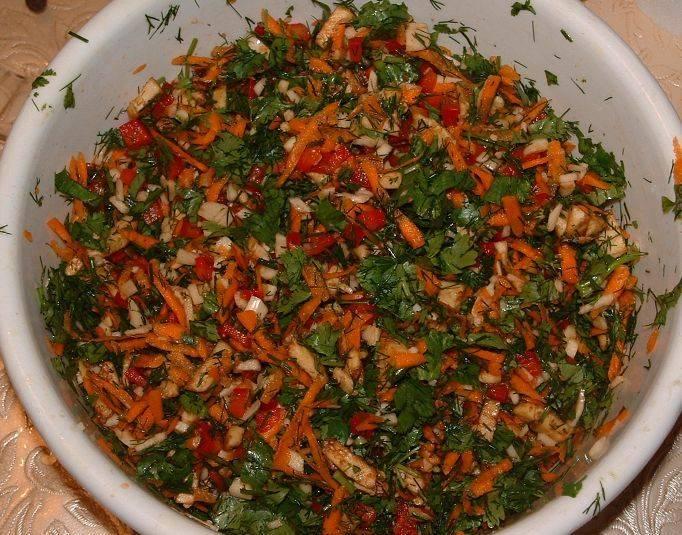 Пока баклажаны остывают, мы нарезаем мелко остальные овощи, зелень, а также мякоть из баклажанов, перемешиваем все.