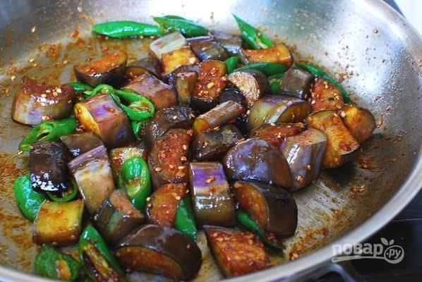 4. Жарьте еще несколько минут до готовности и подавайте баклажаны с чили перцем к столу.