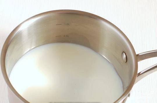 В это же время доведите до кипения молоко с сахаром в сотейнике.