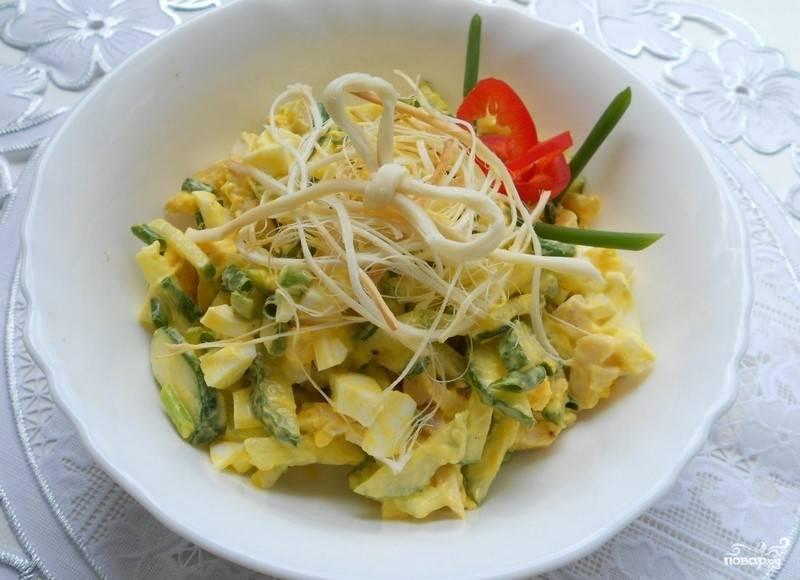 Остаётся лишь заправить салат майонезом — и можно садиться за стол. Ещё я украсила салат болгарским перцем и зеленью. Приятного аппетита!