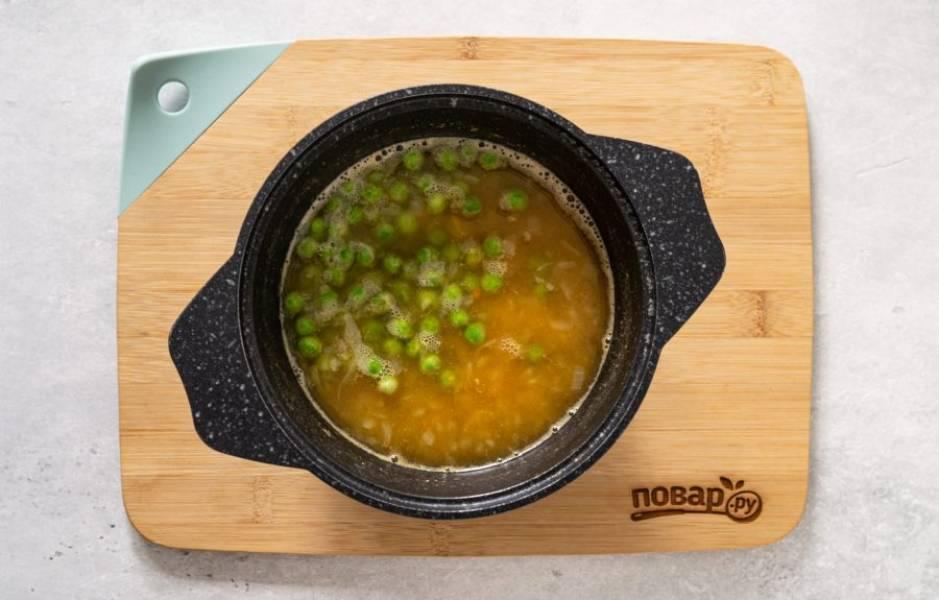 Затем добавьте зеленый горошек. Приправьте суп солью, копченой паприкой и перцем, проварите еще 5 минут.