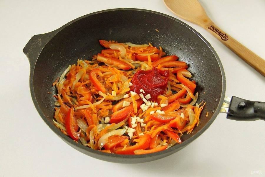 Добавьте томатную пасту и измельченный чеснок.
