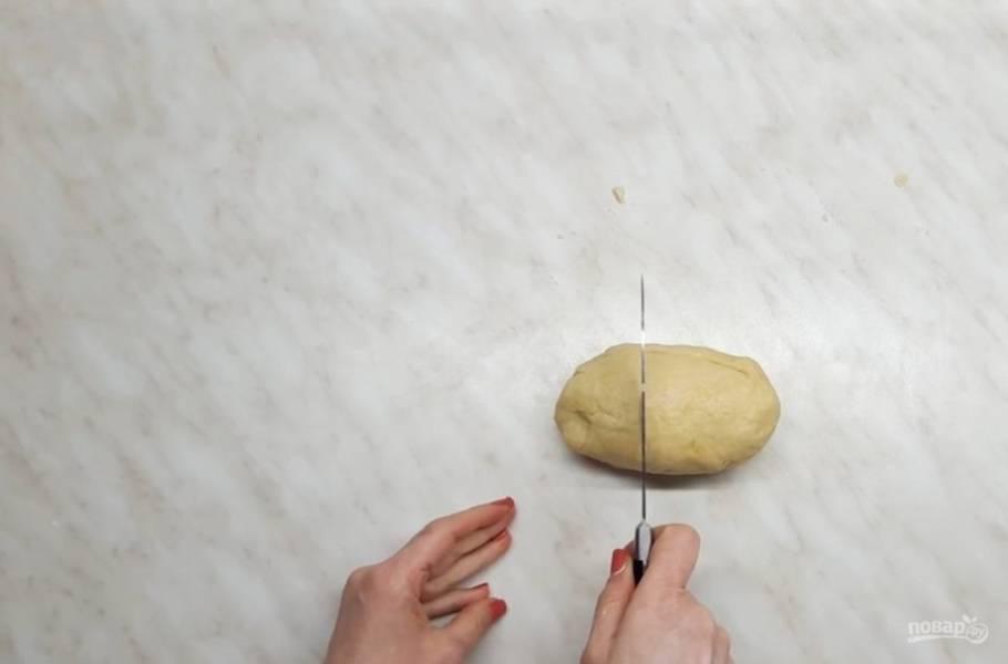 2. Затем разделите его на две неровные части и накройте тарелкой, оставьте в теплом месте на полчаса.