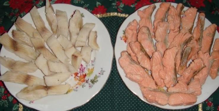 Филе красной и белой рыбы нарежьте одинаковыми прямоугольниками и отварите до готовности. Внимание! Варим филе в разных емкостях, добавив соль, перец и лавровый лист. Варить 12-15 минут после закипания, затем вынуть и остудить.