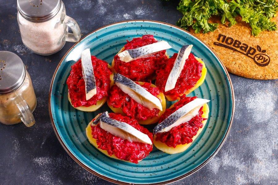 На свекольный слой выложите ломтики филе сельди. Можно не один ломтик, а несколько — по вкусу.