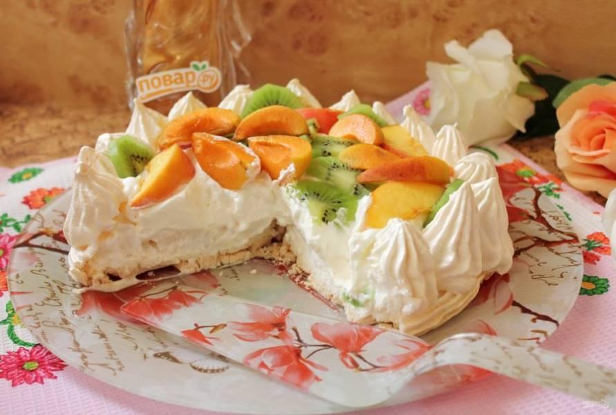 Торт-безе Павлова можно сразу подавать к столу.