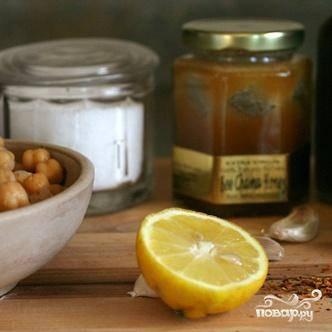 1. Зубчики чеснока очистить и разрезать вдоль. Нарезать луковицу. В миске кухонного комбайна перемешать бараний горох, 2 столовые ложки оливкового масла, лимонный сок, бальзамический уксус, красный перец хлопьями и мед до получения однородной консистенции. Приправить по вкусу солью и черным перцем. Текстуры пюре должна быть вязкой, как арахисовое масло. Если необходимо, разбавьте пюре водой и перемешайте снова.