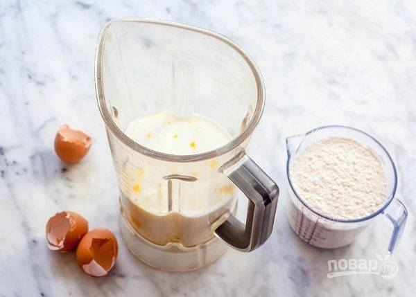 В миксере взбейте яйца пару секунд, добавьте молоко, ваниль, соль и постепенно муку. Тесто взбейте, чтобы оно стало однородным.