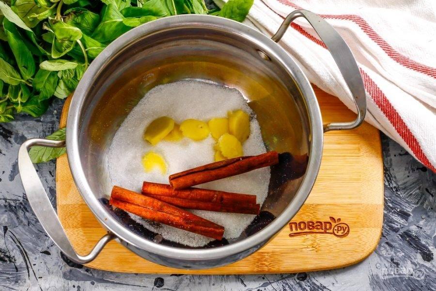 Очистите корень имбиря и промойте его, нарежьте слайсами и выложите в кастрюлю, в которой собираетесь варить чай. Больше этой нормы имбиря на 0,7 литра жидкости не добавляйте, иначе получите напиток с горьким вкусом. Высыпьте сахарный песок и выложите палочки корицы. По желанию вместо сахара можете использовать цветочный мед, но добавлять его нужно только в остывший до 35 градусов напиток, чтобы он не утратил свои полезные свойства.