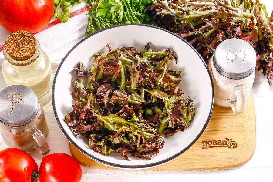 Разберите пучок салата на части, срежьте стебли и промойте листья в воде. Стряхните несколько раз, удаляя лишнюю жидкость, и выложите на тарелку в глубокую емкость.