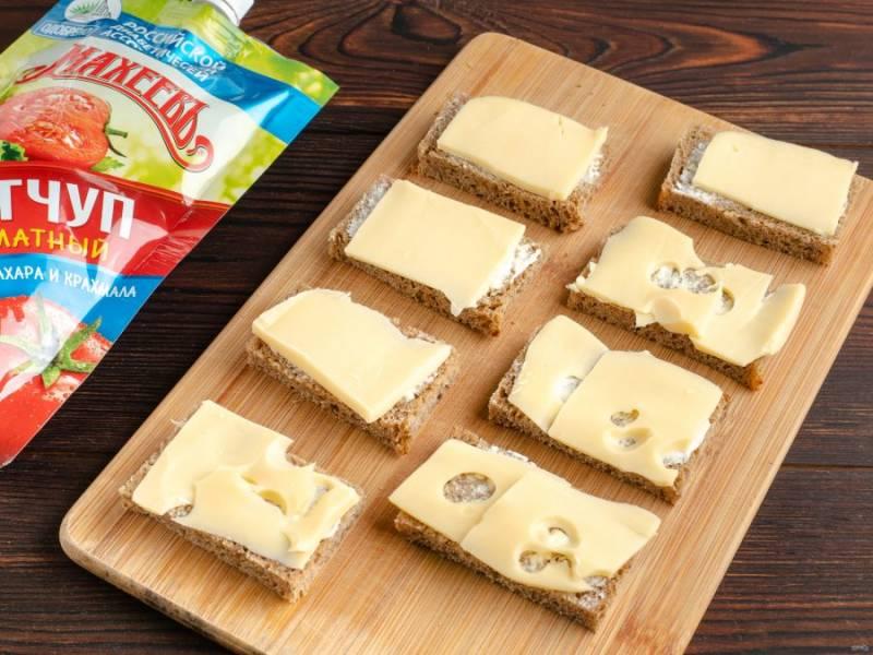 Положите тонко нарезанный сыр и запекайте в духовке на противне 10-15 минут при температуре 200 градусов.