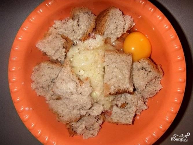По истечении времени отжимаем хлеб и добавляем его к фаршу, разбиваем одно яйцо. Солим и посыпаем приправой.