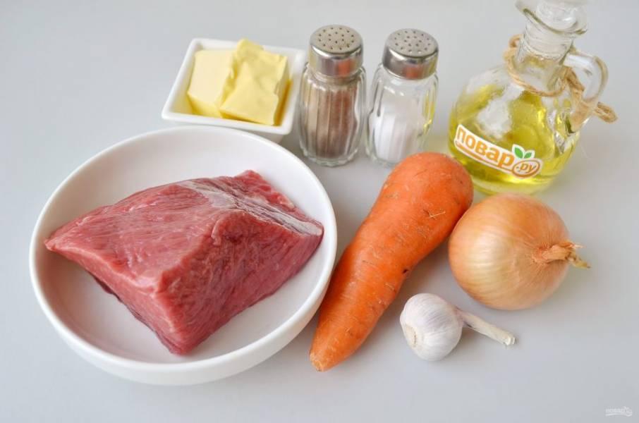 1. Подготовьте продукты, кусочек мяса возьмите больше, с учетом того, что оно немного уварится. Поместите его в кипящую воду и варите 2 часа при слабом кипении. За минут 10 до конца варки посолите бульон по вкусу. Мясо должно быть мягким и готовым полностью, если нужно, варите дольше. Но молоденькая телятина за 2 часа будет готова. Сливочное масло оставьте на столе, оно понадобится позже и должно быть мягким.