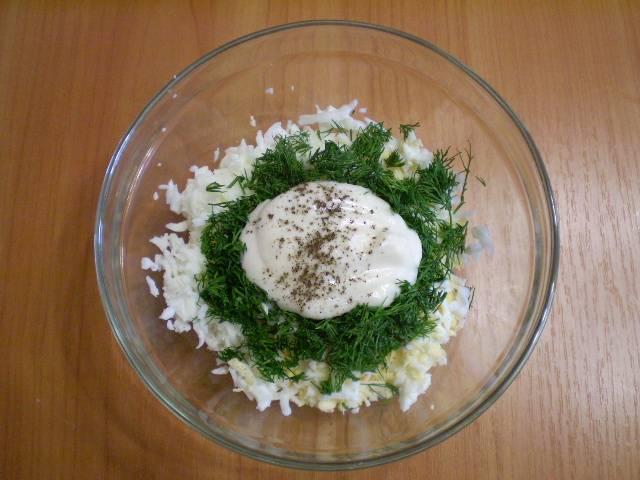 8. Для начинки трем яйца, добавляем рубленый укроп, соль, перец черный молотый, майонез.